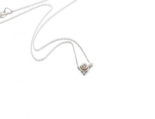 Aan de ketting – Witgoud en diamant